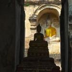 Wat Chedi Yot, deux chedis et deux Bouddhas