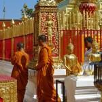 Wat Doi Suthep, chedi, moines tournant autour du monument