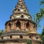 Wat Phuak Hong, chedi à niveaux et niches