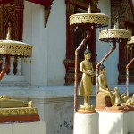 Wat Phuak Hong, petites statues du Bouddha sur le côté du viharn