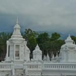 Wat Suan Dok, mausolées contenant les cendres de la famille royale de Chiang Mai; sur le fond, on voit la montagne Doi Suthep avec le Wat Doi Suthep