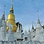 Wat Suan Dok mausolées et chedi doré en style sri-lankais