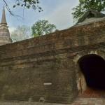 Wat U Mong, muraille et chedi, avec l'entrée vers les tunnels