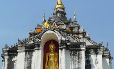 Wat Phra Yuen, chedi, statue du Bouddha dans une niche