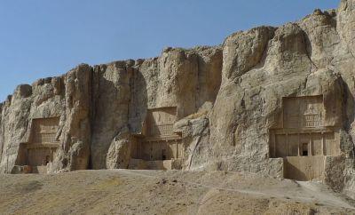 Falaise du mont Kuh-e Rahmat : tombeaux des rois Darius II, Artaxerxès Ier et Darius Ier le Grand