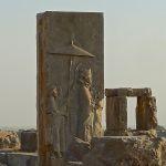 Tripylon, bas-relief montrant Xerxès suivi de deux servants