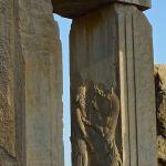 Salle aux cent colonnes, bas-relief montrant Darius luttant contre un monstre
