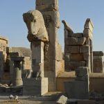 Salle aux cent colonnes, ruines avec tête taurine