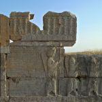 Tachara, escalier Sud, inscription d'Artaxerxès en vieux-perse et soldats