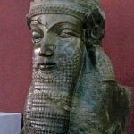 Tête de Lamassu, divinité  assyrienne, représentée souvent avec un corps de taureau ou de lion, des ailes d'aigle et une tête humaine; découverte à Persépolis, déposée au Musée national  à Téhéran