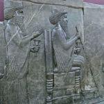 Scène d'audience accordée par Xerxès Ier et son fils Darius à un émissaire mède, bas-relief; découvert à Persépolis, déposé au Musée national  à Téhéran