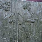 Soldats de la suite du roi Xerxès et de son fils Darius, bas-relief ; découvert à Persépolis, déposé au Musée national  à Téhéran