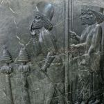 Emissaire mède reçu en audience par le roi Xerxès et son fils Darius, bas-relief; découvert à Persépolis, déposé au Musée national  à Téhéran