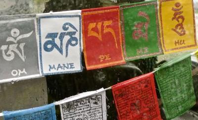 Banderoles religieuses décorant la lunette arrière d'une voiture