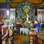 Intérieur du temple avec la statue du Bouddha Maïtreya