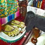 Pieds du Bouddha Maïtreya; une fidèle fait une offrande