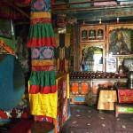 Intérieur du temple avec statue du  Bouddha Maïtreya