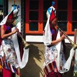 Moines musiciens faisant le tour du temple