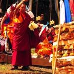 Le moine bénit le bûcher avant la mise à feu