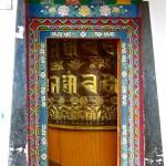 Pelling/Sikkim, monastère Pemayangtse, entrée du bâtiment abritant un grand moulin à prière