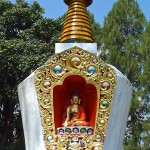 Chörten blanc avec statuette du Bouddha