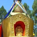 Chörten doré avec statuette du Bouddha