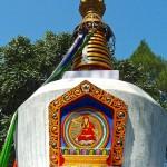 Chörten blanc avec peinture Bouddha