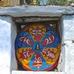 Chörten avec peinture de la formule mystique