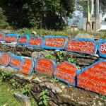 Tashiding/Sikkim, monastère : mur mendan avec inscriptions religieuses