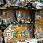 Mur mendon avec pierre mani portant l'inscription mystique