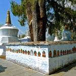 Mur d'enceinte de l'aire des chörten, avec peintures du Bouddha