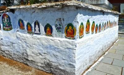 tashiding monastère chörten mur avec emblèmes bouddha:2 3.4.15