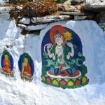 Mur d'enceinte de l'aire des chörten avec une peinture du Bouddha