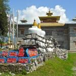 Temple principal, chörten avec pierres mani et mur mendon