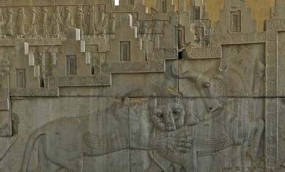 Escalier de l'est bas-relief lion terrassant un taureau