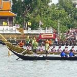 Au second plan, barge Ekachai Lao Thong