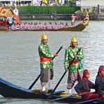 Deux bateliers arrière; sur le fond, barge Anantanakharat avec pavillon du Bouddha