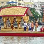 Barge royale avec porteur d'ombrelle