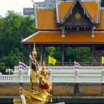 Proue de la barge Sukriip Khrong Muang représentant un Khrun Krabi (singe) rouge