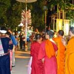 """Les moines du temple; à l'arrière-fond un """"arbre à monnaie"""" avec les dons des fidèles"""
