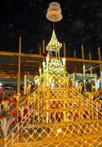 Château en bambou dressé dans la cour du temple : on y dépose une partie du coton et un moine procède à sa bénédiction