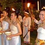 Rangée de jeunes filles prêtes à recueillir le coton