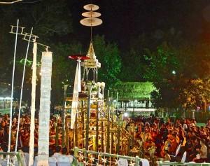 La cour du temple avec la foule des fidèles et la tour en bambou