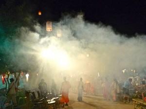 La cour du temple pendant le lâcher de lampions