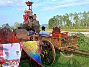 Mise en place du cortège, avec l'éléphant et les charrettes