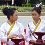 Jeunes filles avec les récipients à coton