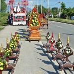Pyramides à fleurs, dans le fond le char à tambours