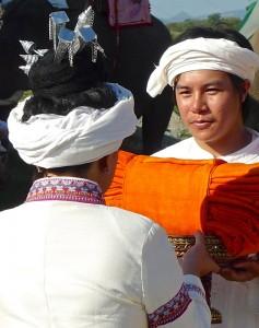 Remise des trois robes du chula kathin à la mécène