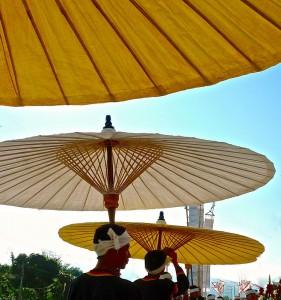 Parasols jaunes/blancs