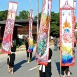 Défilé, porteurs de bannières peintes